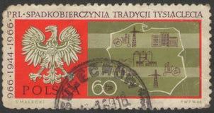 Heilige Petersburg, Rusland - November 27, 2018: Postzegel in Polen met het beeld van een adelaar en een kaart wordt gedrukt die stock foto's