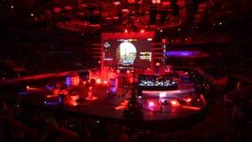 HEILIGE PETERSBURG, RUSLAND - OKTOBER 28 2017: EPICENTRUM Tegenstaking: Globaal Aanvallend cybersportevenement Arenalichten stock video