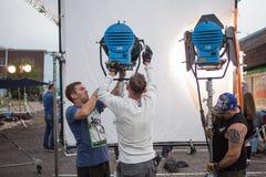HEILIGE PETERSBURG, RUSLAND - OKTOBER 31, 2018: Filmbemanning op Plaats Het personeel past de verlichting op de reeks aan stock afbeelding