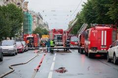 Heilige Petersburg, Rusland, op de ochtend van 13 September, 2017 De brandbestrijders doven een grote brand op het dak van a Stock Fotografie