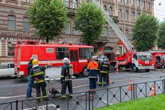 Heilige Petersburg, Rusland, op de ochtend van 13 September, 2017 De brandbestrijders doven een grote brand op het dak van a Stock Afbeeldingen