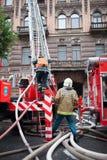 Heilige Petersburg, Rusland, op de ochtend van 13 September, 2017 De brandbestrijders doven een grote brand op het dak van a Royalty-vrije Stock Afbeeldingen