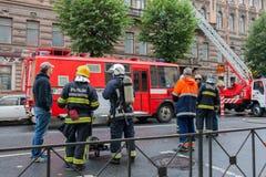 Heilige Petersburg, Rusland, op de ochtend van 13 September, 2017 De brandbestrijders doven een grote brand op het dak van a Royalty-vrije Stock Afbeelding