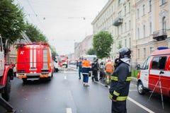 Heilige Petersburg, Rusland, op de ochtend van 13 September, 2017 De brandbestrijders doven een grote brand op het dak van a Royalty-vrije Stock Foto's