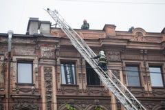 Heilige Petersburg, Rusland, op de ochtend van 13 September, 2017 De brandbestrijders doven een grote brand op het dak van a Royalty-vrije Stock Foto