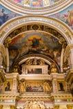 HEILIGE PETERSBURG, RUSLAND - September 10, 2013 BinnendieHeilige Isaac Cathedral absoluut met schilderijen en bas hulp wordt ver Stock Afbeelding