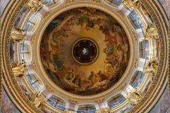 HEILIGE PETERSBURG, RUSLAND - September 10, 2013 BinnendieHeilige Isaac Cathedral absoluut met schilderijen en bas hulp wordt ver Stock Foto's