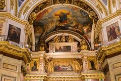 HEILIGE PETERSBURG, RUSLAND - September 10, 2013 BinnendieHeilige Isaac Cathedral absoluut met schilderijen en bas hulp wordt ver Stock Afbeeldingen