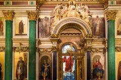 HEILIGE PETERSBURG, RUSLAND - September 10, 2013 BinnendieHeilige Isaac Cathedral absoluut met schilderijen en bas hulp wordt ver Royalty-vrije Stock Afbeelding