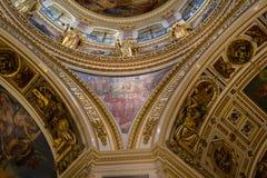 HEILIGE PETERSBURG, RUSLAND - September 10, 2013 BinnendieHeilige Isaac Cathedral absoluut met schilderijen en bas hulp wordt ver Stock Foto
