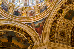 HEILIGE PETERSBURG, RUSLAND - September 10, 2013 BinnendieHeilige Isaac Cathedral absoluut met schilderijen en bas hulp wordt ver Royalty-vrije Stock Foto's
