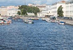Heilige Petersburg, Rusland 10 September, 2016: Excursieschepen in de rivier van Fontanka De mening van Anichkov-brug in St Peter Stock Fotografie