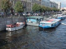 Heilige Petersburg, Rusland 15 September, 2016: het zeil van excursieboten langs de rivier Fontanka in St. Petersburg, Rusland Royalty-vrije Stock Foto's