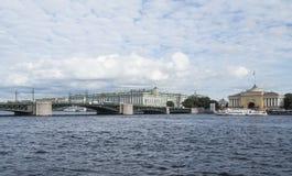 Heilige Petersburg, Rusland 08 September, 2016: Panorama van de dijk van de rivier Neva Mening van de Admiraliteit en de Kluis Stock Afbeelding