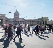 Heilige Petersburg Rusland 14 September, 2016: Voorbijgangers op Nevsky-vooruitzicht Op de achtergrond van de Kazan Kathedraal in Stock Foto's