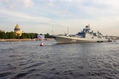 Heilige Petersburg, Rusland - 07/23/2018: Voorbereiding voor de Zeeparade - fregatadmiraal Makarov stock afbeeldingen
