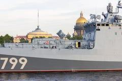 Heilige Petersburg, Rusland - 07/23/2018: Voorbereiding voor de Zeeparade - fregatadmiraal Makarov stock foto