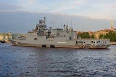 Heilige Petersburg, Rusland - 07/23/2018: Voorbereiding voor de Zeeparade - fregatadmiraal Makarov stock afbeelding