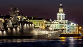 Heilige Petersburg, Rusland - 07/25/2018: Voorbereiding voor de Zeeparade - fregatadmiraal Makarov stock foto