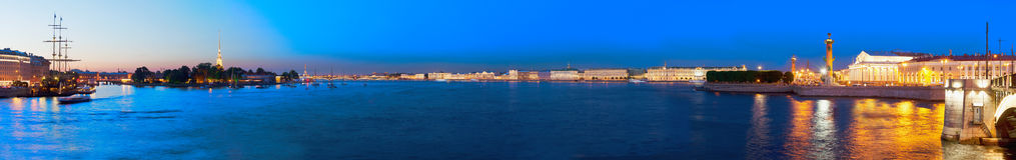 Heilige Petersburg, stadscentrum, Neva-rivier, nachtlandschap Stock Afbeelding
