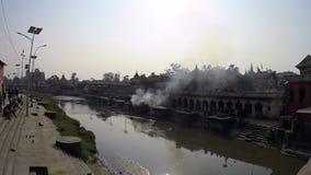 Heilige plaats voor het branden van mensen Katmandu stock videobeelden