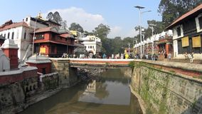 Heilige plaats voor het branden van mensen Katmandu stock video