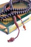 Heilige Quran met rozentuin Stock Afbeelding