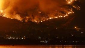 Heilige Raserei des Feuer-verheerenden Feuers in den Bergen nahe See Elsinore Timelapse stock video