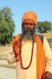 Heilige Sadhu-Männer mit traditionellem gemaltem Gesicht in Indien Stockfotografie