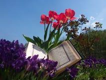 Heilige Schrift in Blumen Stockbild