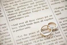 Heilige Schrift en ringen Stock Afbeelding
