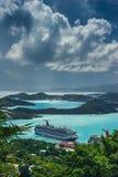 Heilige Thomas/de Maagdelijke Eilanden van de V.S. - 31 Oktober 2007: Luchtmening van de Charlotte Amalie-haven met gedokte cruis stock fotografie