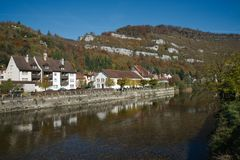 Heilige-Ursanne met de rivier Doubs Stock Foto's