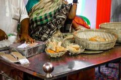 Heilige Zoete Mahaprasad die bij een teller op een verhaal voor verkoop worden getoond royalty-vrije stock foto