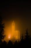 Heiligenblut nattsikt i dimma (Österrike) Arkivfoto