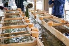 Heiliger Brunnen und hölzerne Schaufel oder Schöpflöffel Lizenzfreies Stockfoto