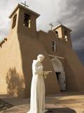 Heiliger Francis-Statue mit Kirche Stockbilder