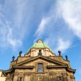 Heiliger Franziskus von Assisi-Kirche gegen einen blauen Himmel in Prag lizenzfreies stockfoto