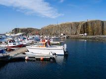 Heiliger Hügel. Stykkish, Snafellsnes-Boote entlang dem Pier Lizenzfreies Stockfoto