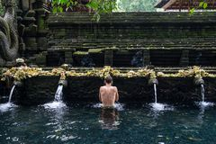 Heiliger hindischer Tempel Quellwasser Tirta Empul in Bali, Indonesien lizenzfreie stockfotos