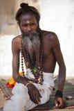 Heiliger Mann mit bindi und buddhistischen Gebetkornen Stockfotos