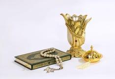 Heiliger Quran, antike Vasen und Rosenkranzperlen Stockbilder