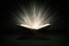 Heiliger Quran mit Strahlen stockbilder