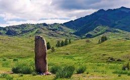 Heiliger Stein in einem Gebirgstal lizenzfreies stockbild
