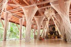 Heiliger Thread um Pfosten im Tempel, Thailand Lizenzfreie Stockbilder