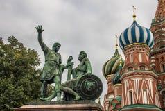Heiliges Basil Cathedral und Monument von Minin und von Pozharsky, Roter Platz, Moskau Lizenzfreie Stockfotografie