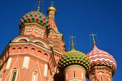 Heiliges Basil Cathedral und Vasilevsky-Abfall des Roten Platzes in Moskau, Russland Lizenzfreie Stockfotos