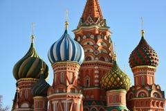 Heiliges Basil Cathedral und Vasilevsky-Abfall des Roten Platzes in Moskau, Russland Lizenzfreie Stockfotografie