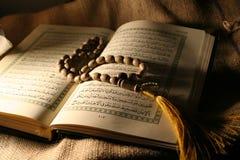 Heiliges koran mit Rosenbeet Stockbild