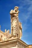 Heiliges Peter, der die Taste zum Himmel anhält lizenzfreie stockbilder